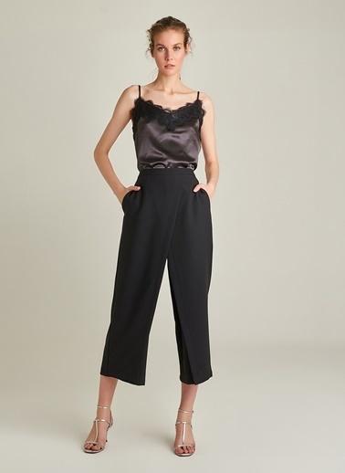 NGSTYLE Kruvaze Kapama Detaylı Pantolon Siyah